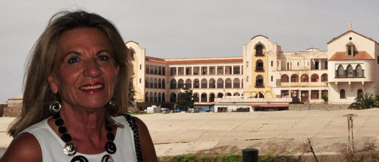 Inmaculada González Nuño, ayer en Guía, con el edificio conocido como los Salesianos, a su espalda.