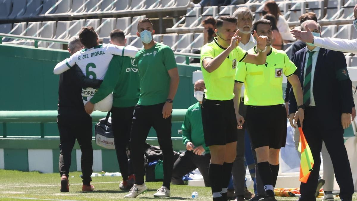 Alberto del Moral es retirado del terreno de juego de El Arcángel por los servicios médicos blanquiverdes.
