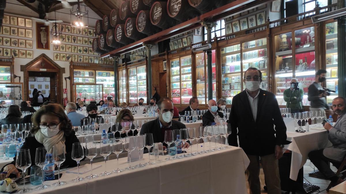 De pie, Manuel López Alejandre, durante la cata de los vinos realizada en las bodegas Toro Albalá, de Aguilar de la Frontera.
