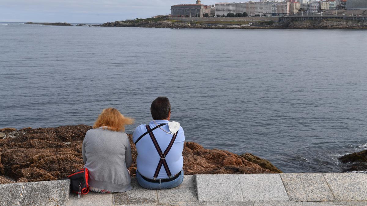 Dos personas en el paseo marítimo de A Coruña.