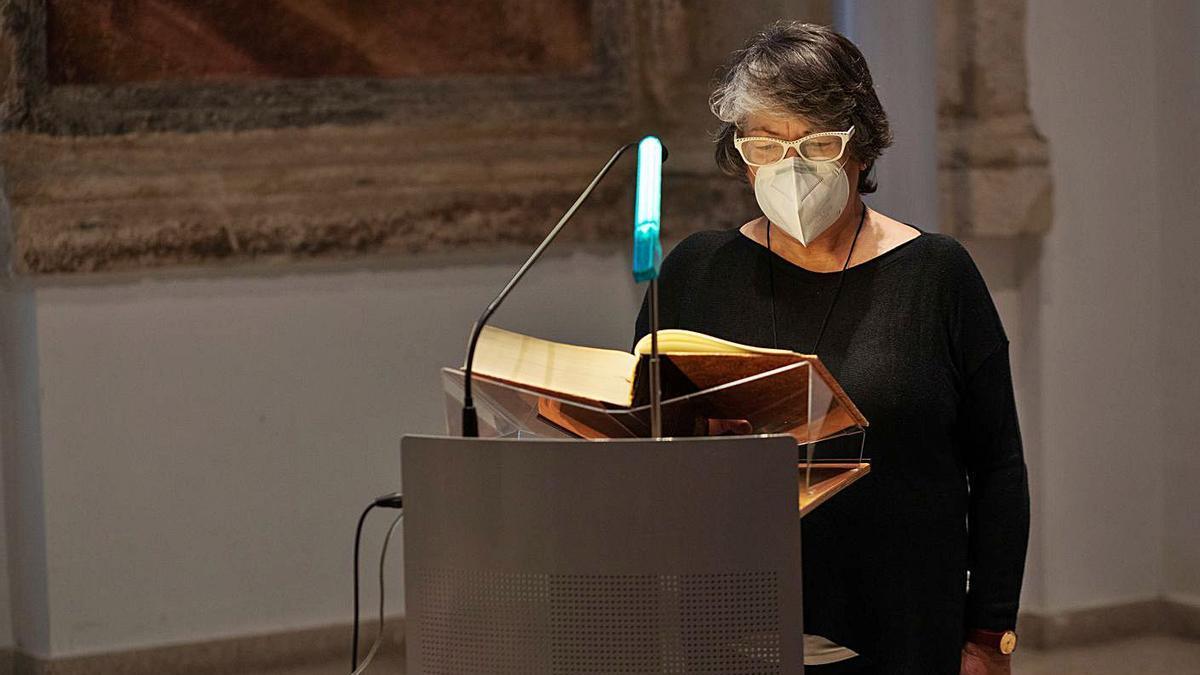 Marianela Portilla realizando la tradicional lectura de El Quijote.