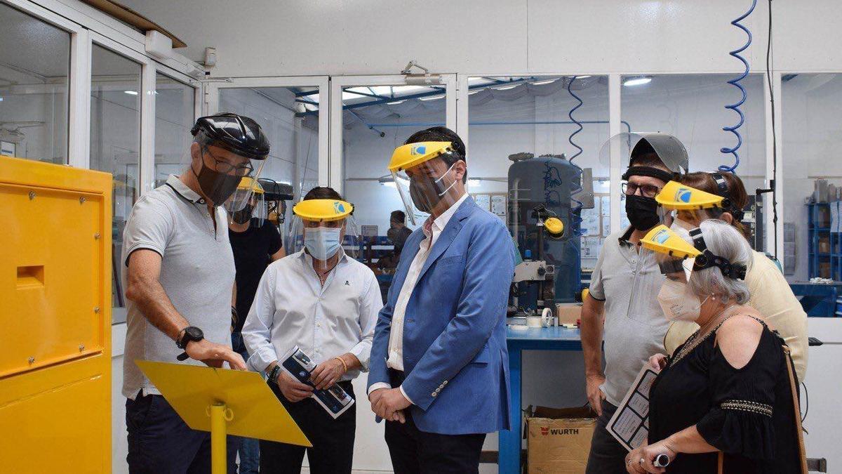 El alcalde de Córdoba, José María Bellido, y la presidenta del Imdeec, Blanca Torrent, durante su visita a la empresa.