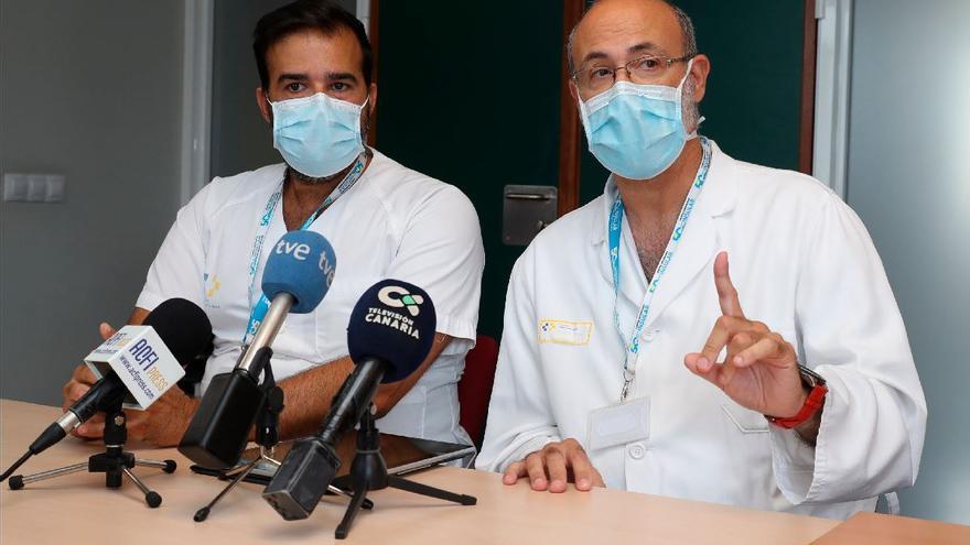 Juan Carlos Martín, jefe del Servicio de la Unidad de Medicina Intensiva del Hospital Insular, y José Alcaraz, supervisor de Enfermería