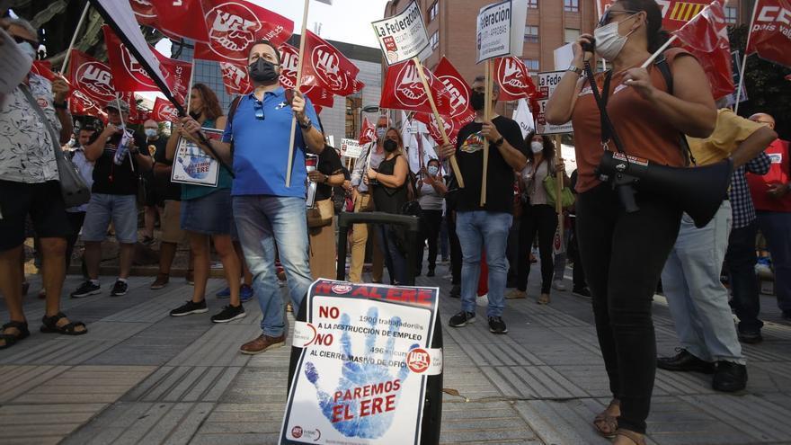 Así ha sido la concentración de los trabajadores del Sabadell frente a la sede del banco en Alicante
