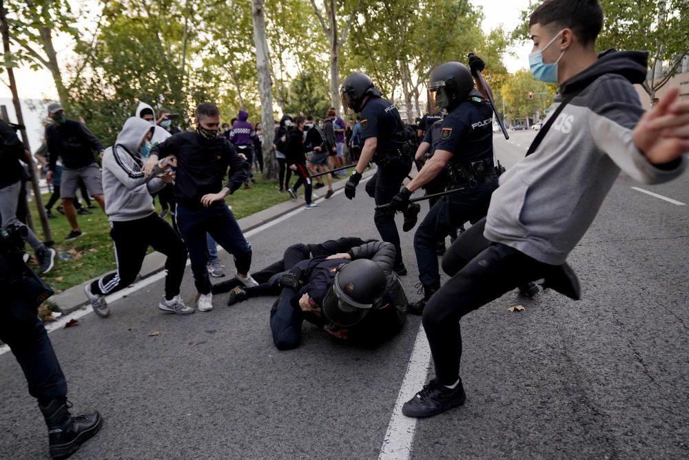 Madrid. 24.09.20. La policía carga en manifestación frente a la a asamblea de Madrid.  FOTO JOSÉ LUIS ROCA