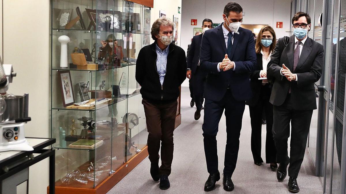 Fernando Simón, Pedro Sánchez y Salvador Illa, de izquierda a derecha, ayer en la Agencia Española del Medicamento. |   // EFE