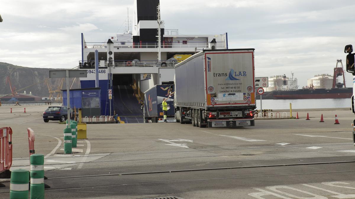 Camiones acceden al buque de la autopista del mar, en 2014.