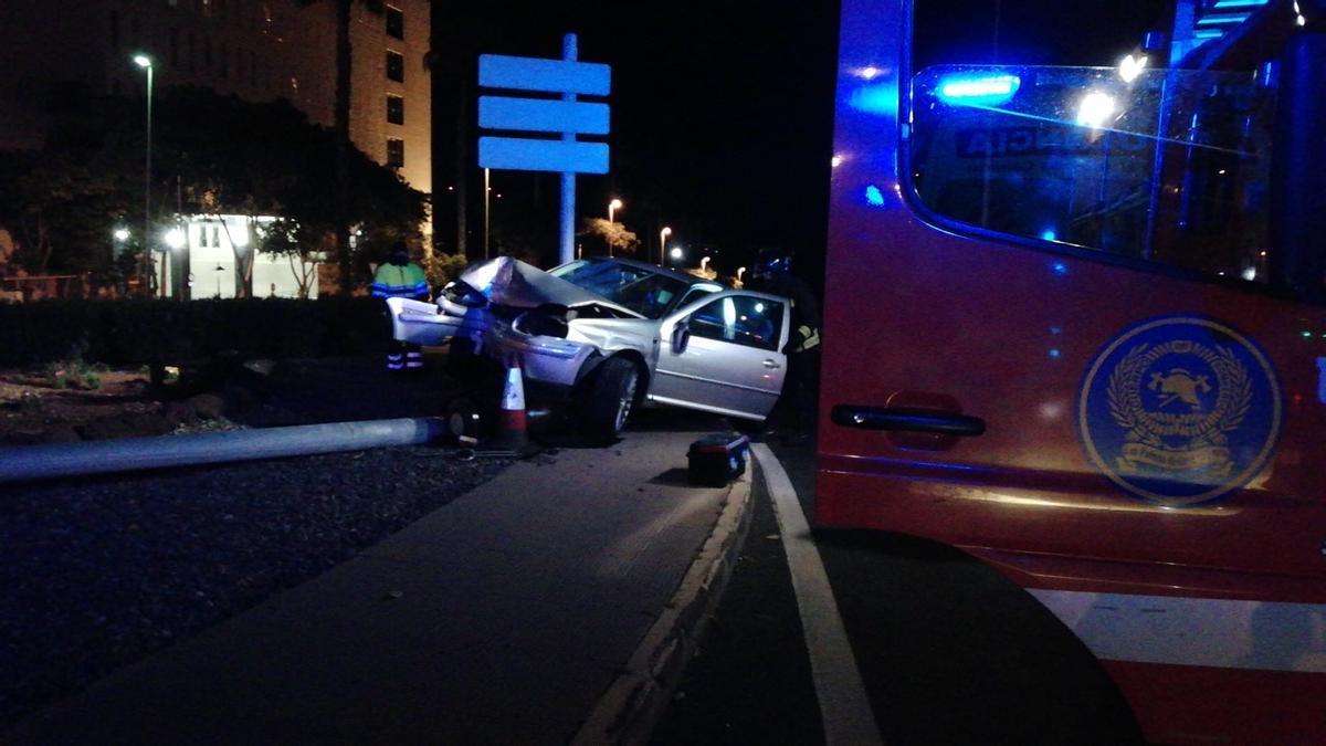 Aparatoso accidente en la rotonda del Negrín (01/05/21)