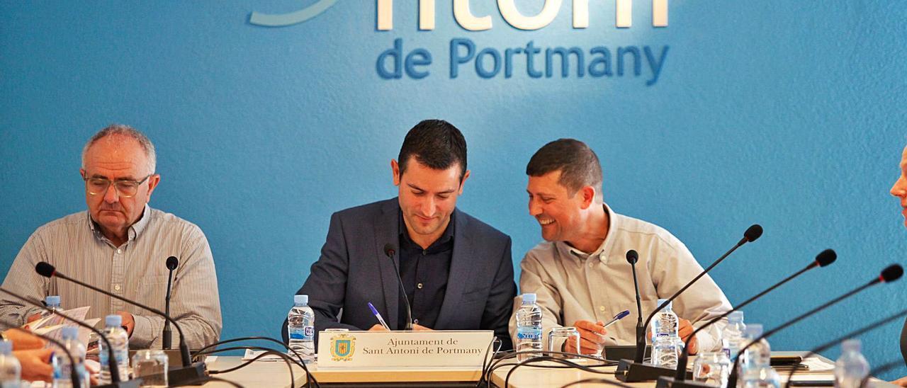 Joan Torres, de Proposta per Eivissa; el alcalde, Marcos Serra, del PP, y José Ramón Martín, de Ciudadanos, en un pleno.