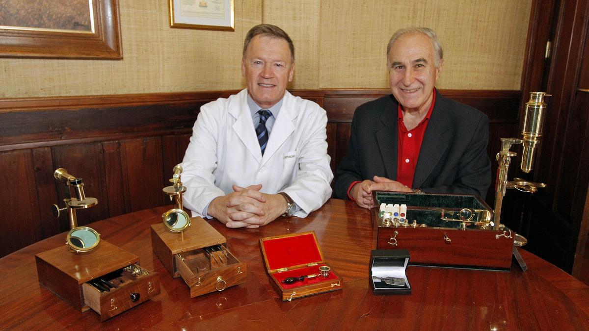 El microscopio, adquirido por el médico de Vigo Tomás Camacho (izquierda), tiene más de 400 años.