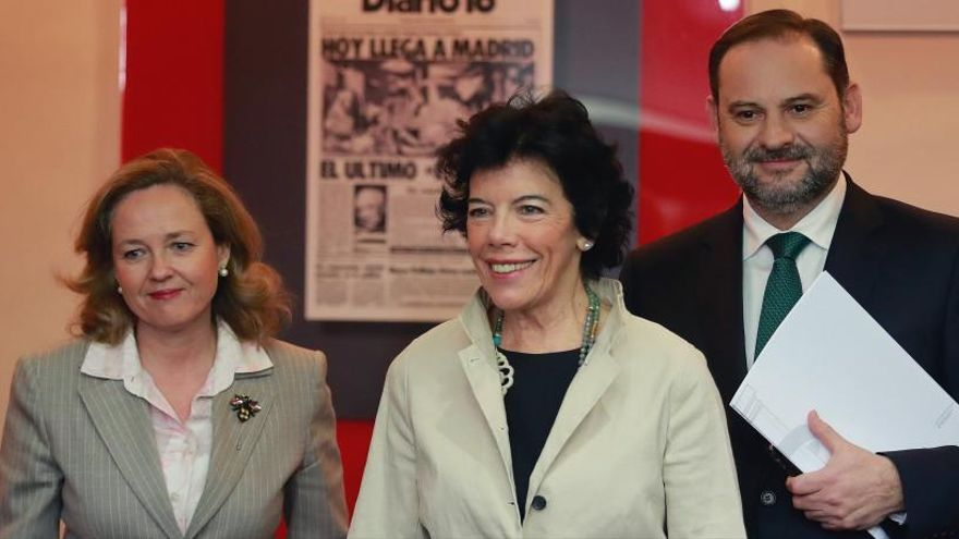 Isabel Celaá, Nadia Calviño (iz) y José Luis Ábalos (d).