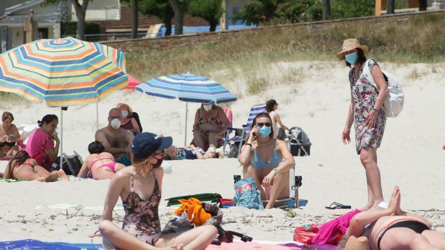 La mascarilla es obligatoria ahora en la playa pero el Consell pide que no lo sea en verano