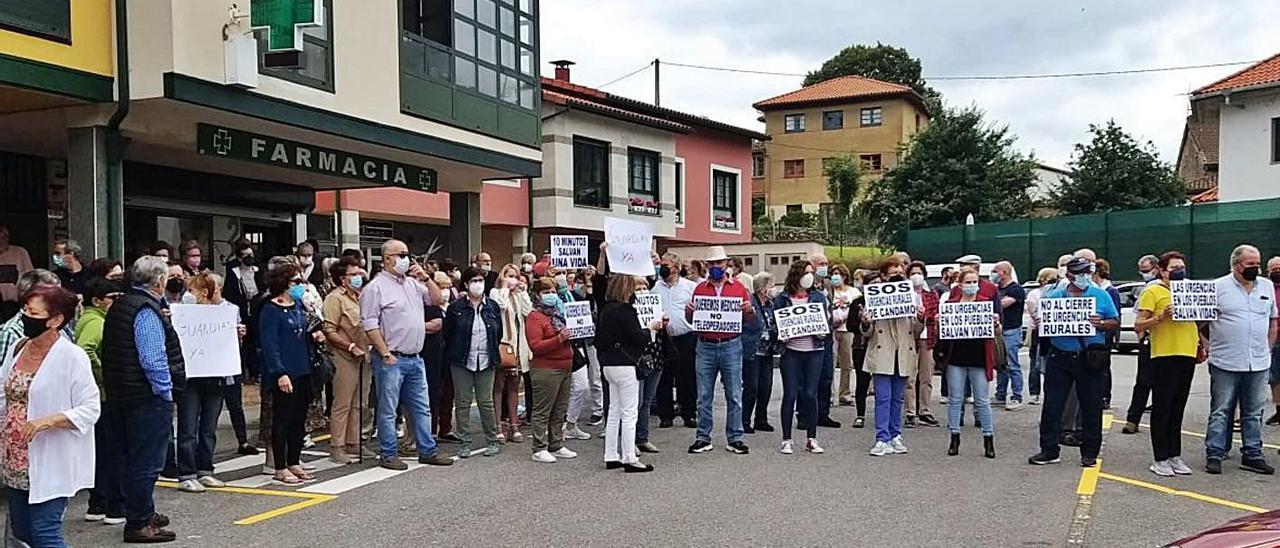 Los vecinos de Candamo, en la manifestación del pasado mes de junio.   S. Arias