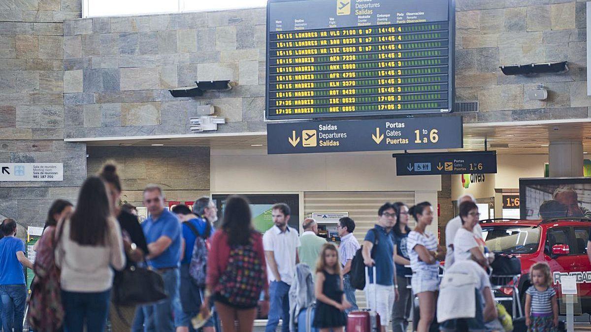 Turistas en la zona de facturación del aeropuerto de Alvedro.