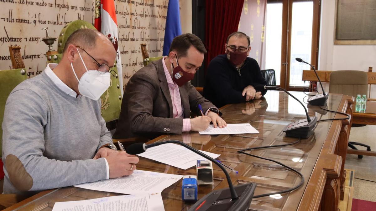 Racing Benavente y el consistorio de la ciudad firman el convenio de colaboración.