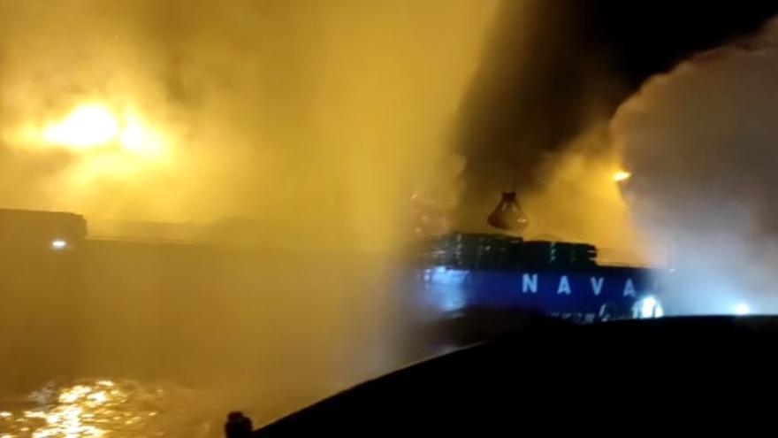 Rescatan de las llamas a un operario en el incendio de una grúa en Escombreras