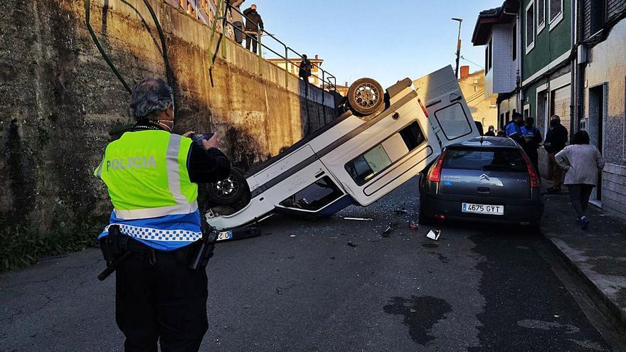 Abandonan una furgoneta tras caer por un desnivel de tres metros en La Joécara