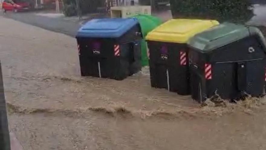 La fuerte lluvia se lleva por delante varios contenedores en Balsicas