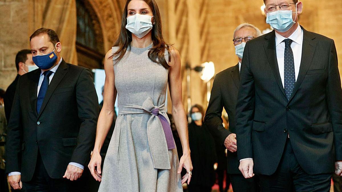 La Reina Letizia, entre el minsitro Ábalos, y el presidente de la Generalitat, Ximo Puig. | EFE