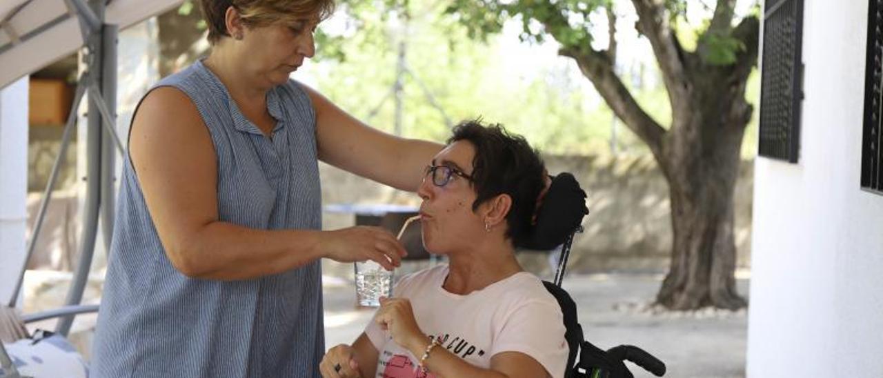 Imagen de archivo de una dependiente con su cuidadora | MARIA TORRES