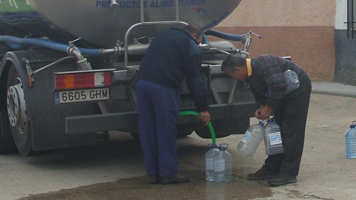 Un camión cisterna abastece a los vecinos de Valdefinjas por una avería anterior de la depuradora