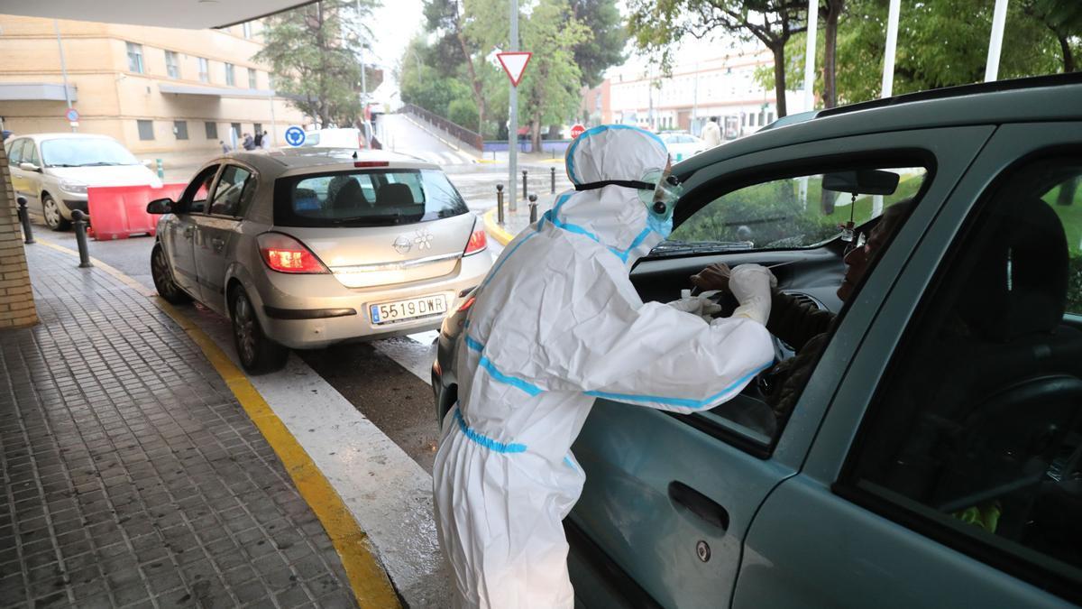 Imagen de un sanitario haciendo pruebas PCR a las puertas del Hospital General.