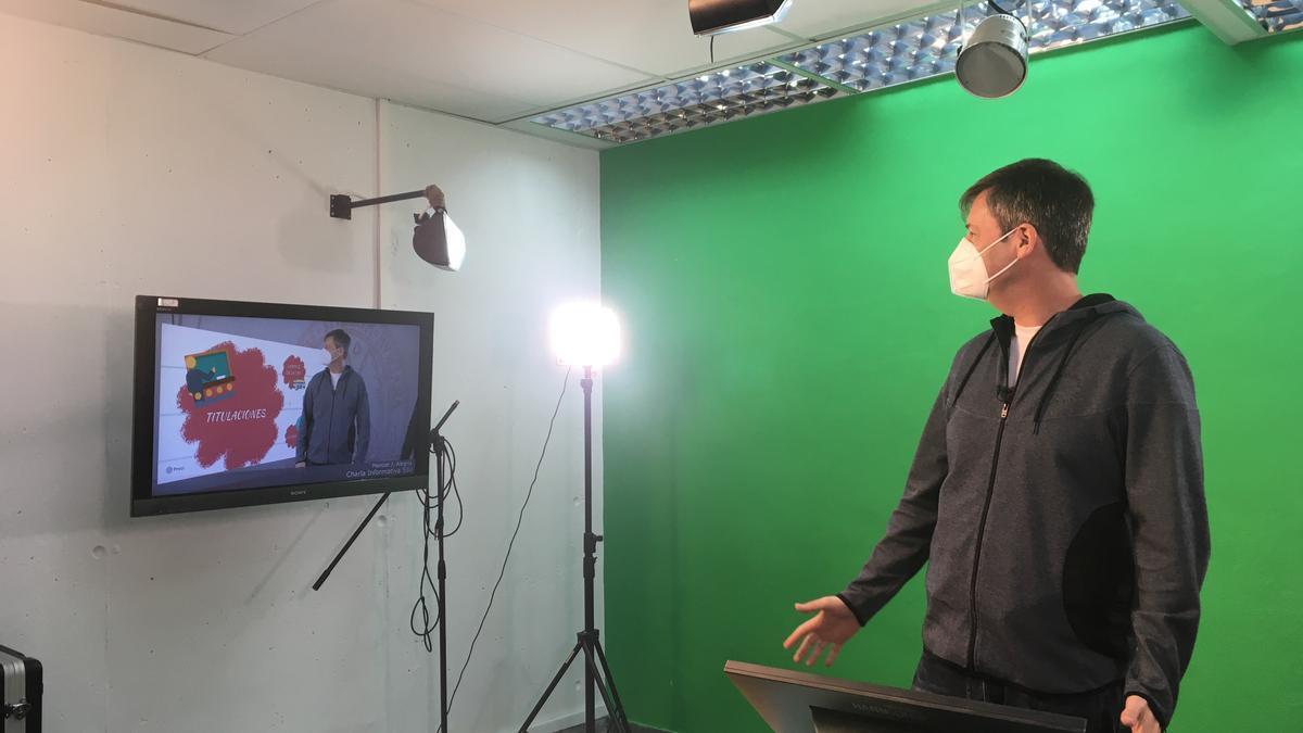 Eugenio Pallarés, trabajador del SIU, durante la grabación de una de las charlas informativas dirigidas al alumnado preuniversitario