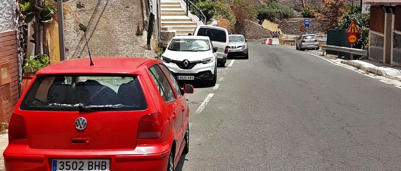 Vehículos aparcados en la vía de acceso al barrio de San Roque, en Valsequillo. | | LP/DLP