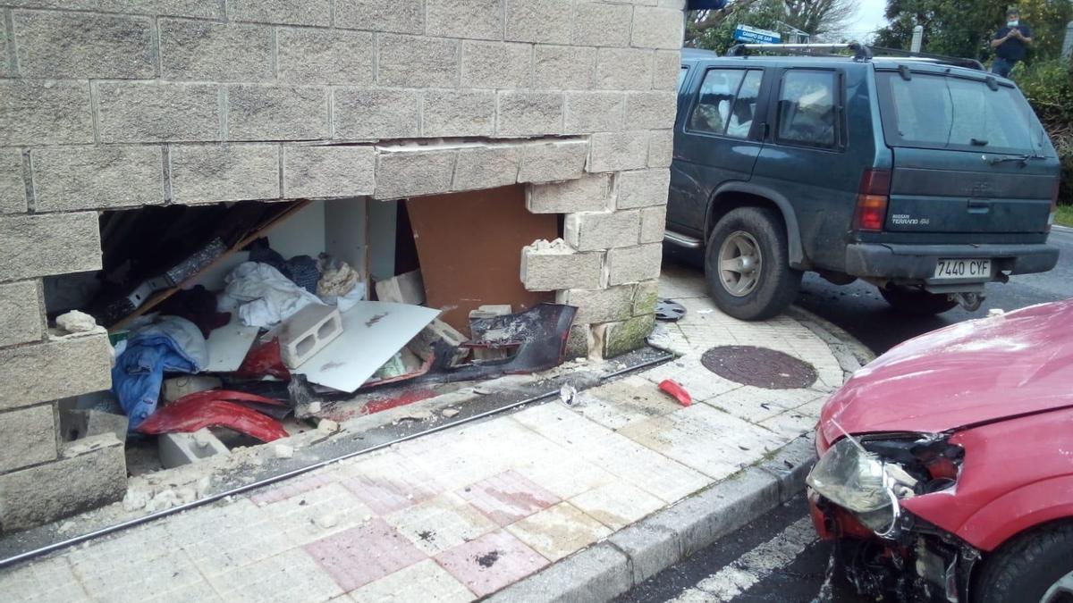 Agujero en la pared del galpón y los dos vehículos implicados