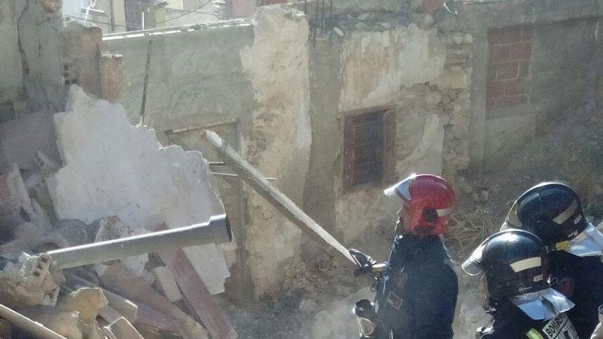 Una gran roca destroza una casa en Lorca