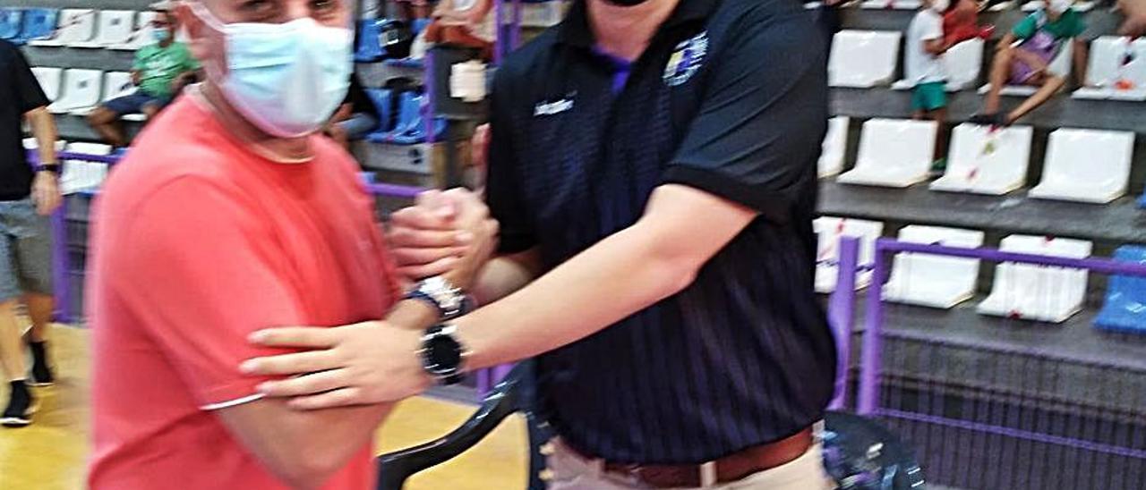 La pareja de entrenadores saludándose y, a la derecha, ambos en plena acción.   S. T. C.