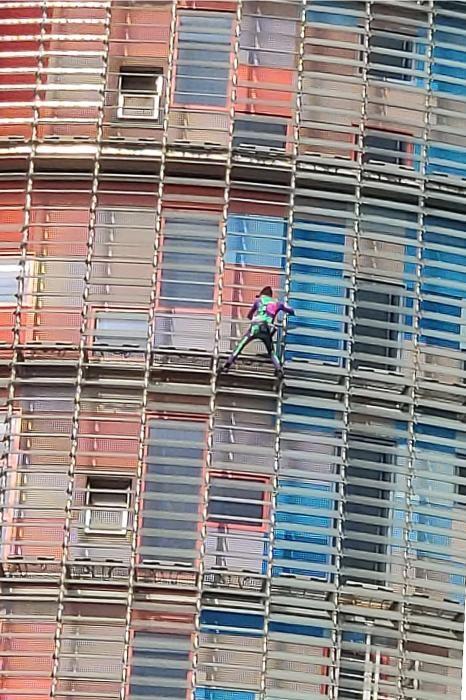 L'Spiderman francès escala la Torre Glòries