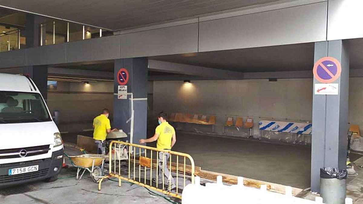 Obras que mantienen inhabilitadas varias plazas de ambulancia frente a Urgencias en A Coruña.