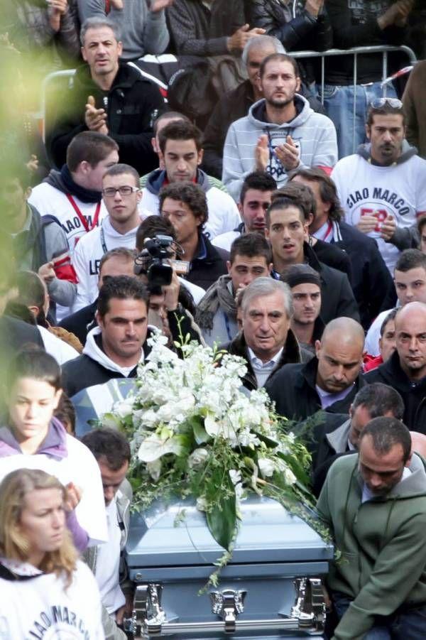Miles de personas asisten al funeral de Marco Simoncelli