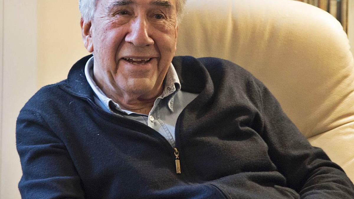El poeta Joan Margarit a casa seva, durant una entrevista publicada per aquest diari el 2018