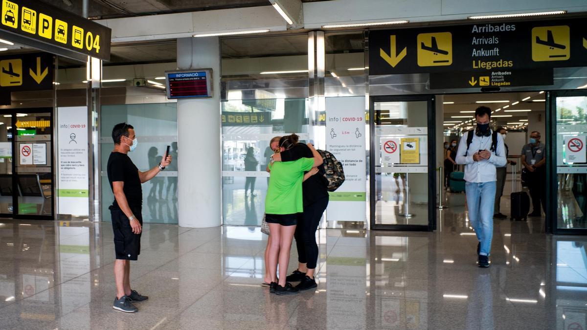 Dos personas se abrazan en el Aeropuerto de Palma de Mallorca.