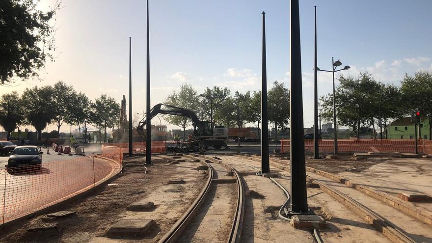 Obras en la avenida Antonio Ferrandis para la instalación de los raíles de la futura línea 10 de Metrovalencia