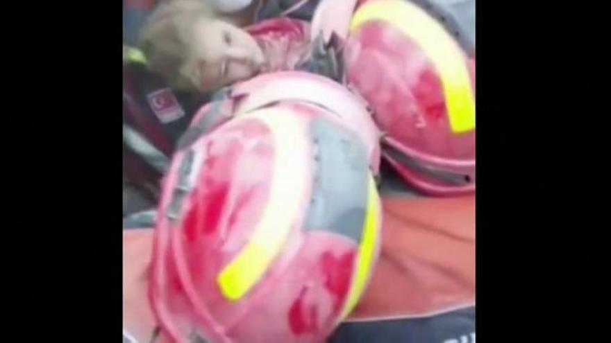 Rescatan con vida a una niña de 3 años tres días después del terremoto de Turquía