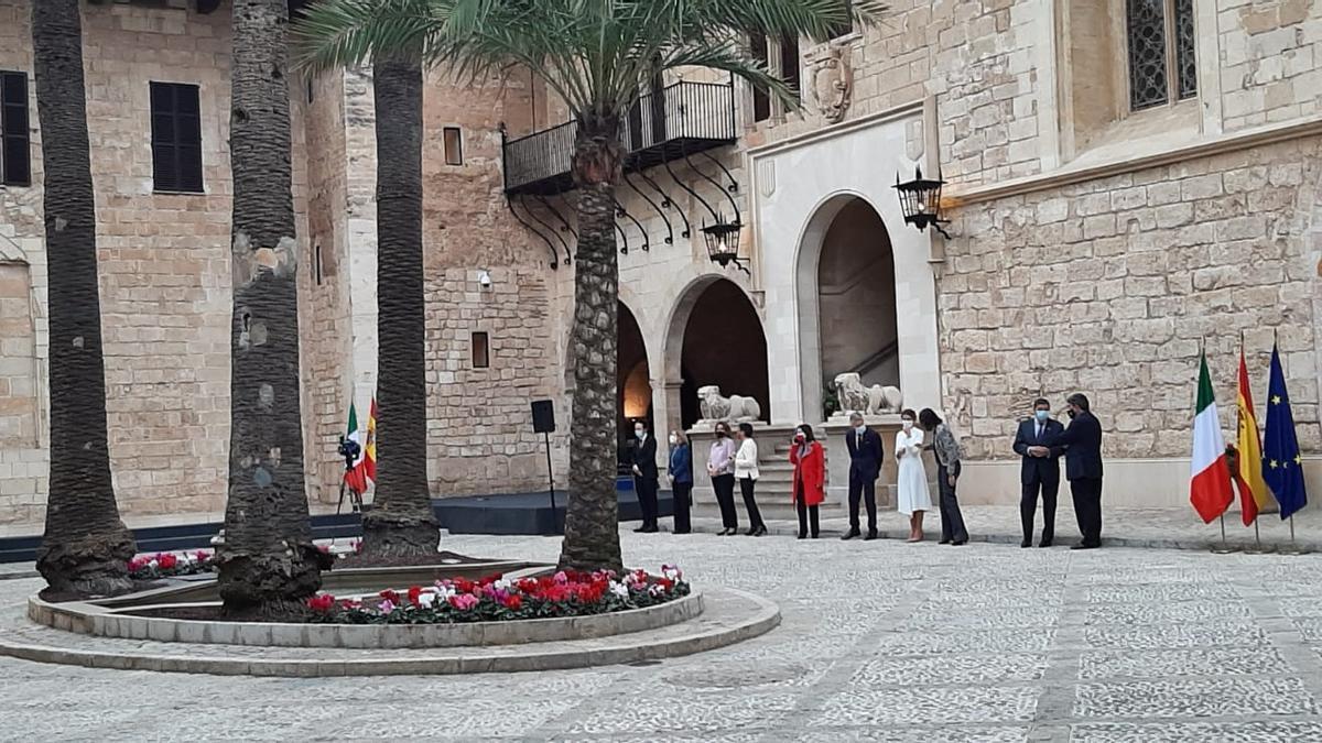 La delegación española situado en el patio de la Almudaina para recibir a la italiana