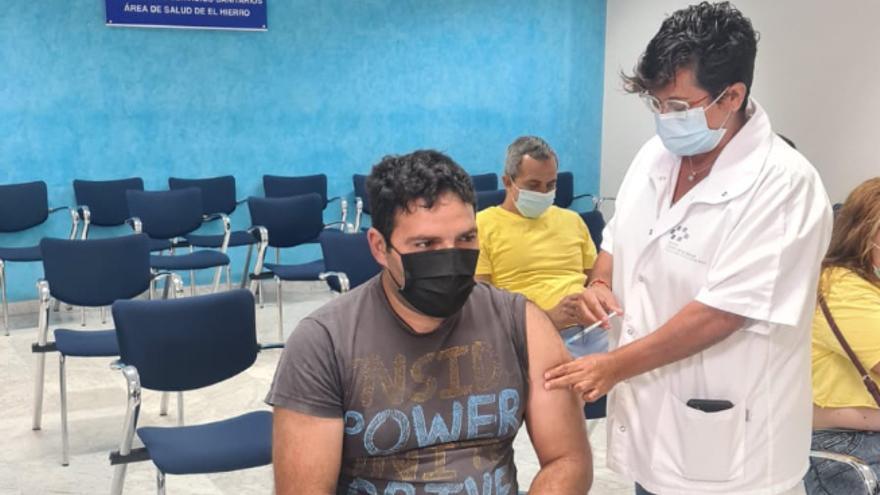 La mitad de los mayores de 12 años de Canarias está vacunado
