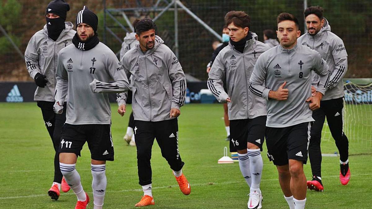 Olaza, Juncà, Nolito, Denis Beltrán y Costas trotan sobre el campo en el entrenamiento de ayer. |  // RC CELTA