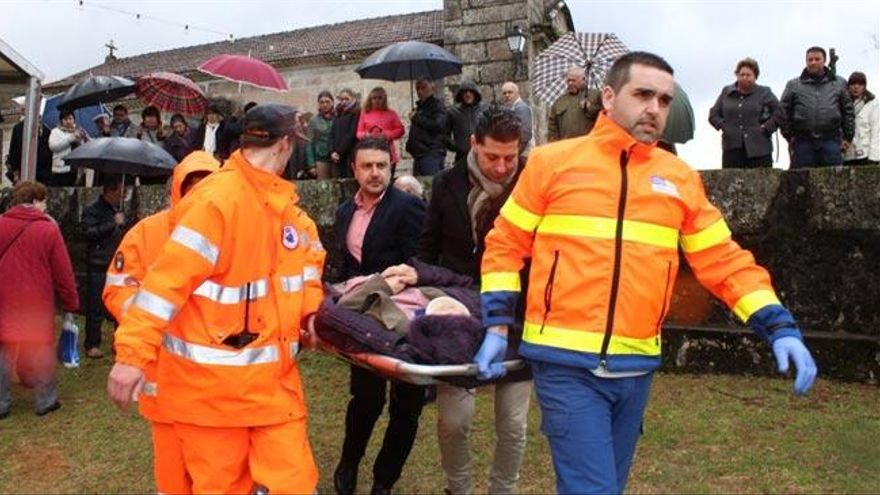 El alcalde de Ponte Caldelas, ex casco azul en Bosnia, auxilia a una anciana que se cayó de un muro
