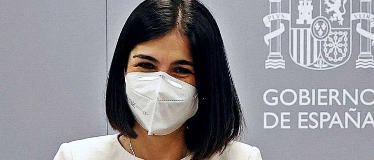 Carolina Darias, ayer, con su maletín de ministra de Sanidad . |