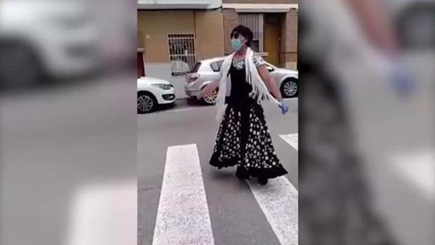 Quebranta la cuarentena vestido de sevillana y cantando para celebrar la feria de abril