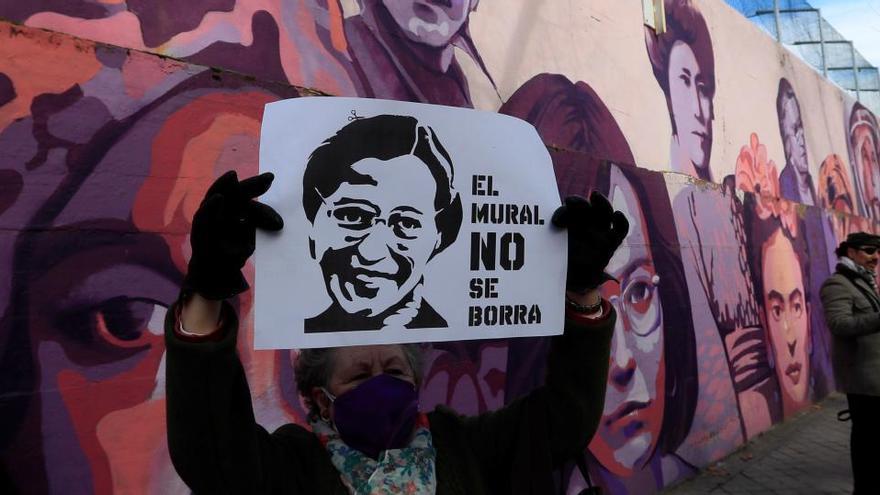 Un barrio madrileño se concentra para pedir que se mantenga un mural feminista