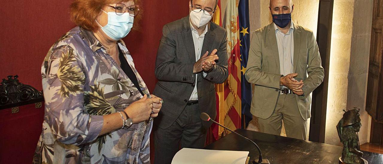 Gloria Calero, el alcalde de Alzira y el presidente de la CHJ, ayer, en el salón noble. | PERALES IBORRA