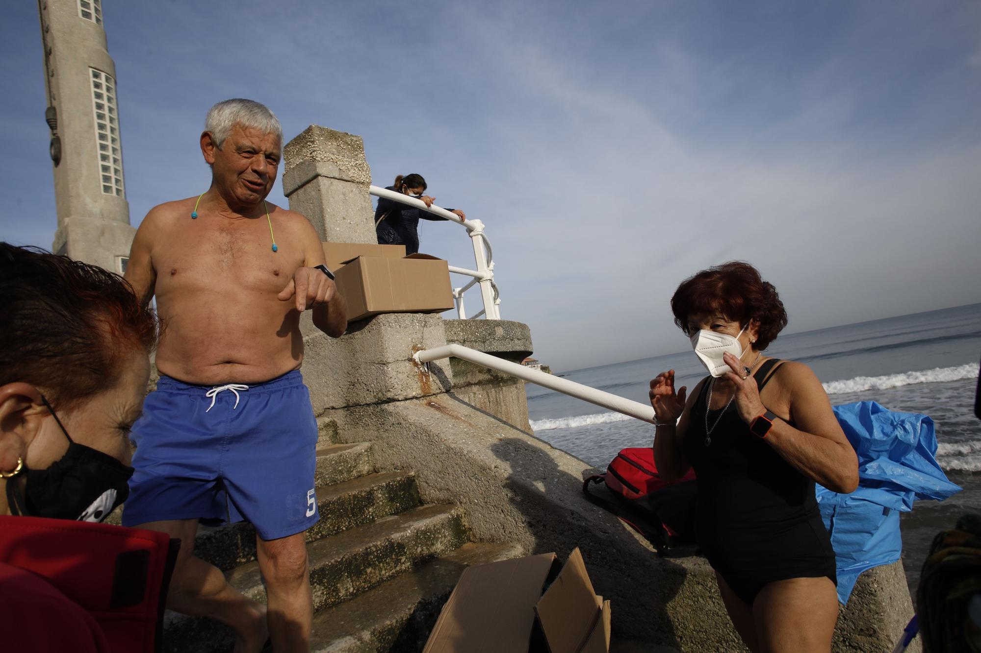 Los ba�istas de la Escalerona, en la playa de San Lorenzo (23).jpg