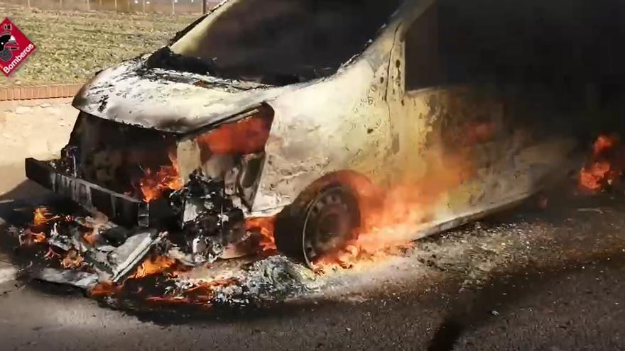 Una furgoneta se incendia en la N-332 en dirección a Santa Pola mientras transportaba varios barcos de vela