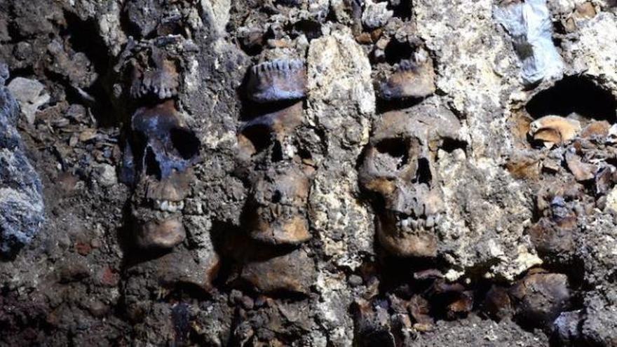 Hallan en México 119 calaveras en una torre de cráneos del período azteca