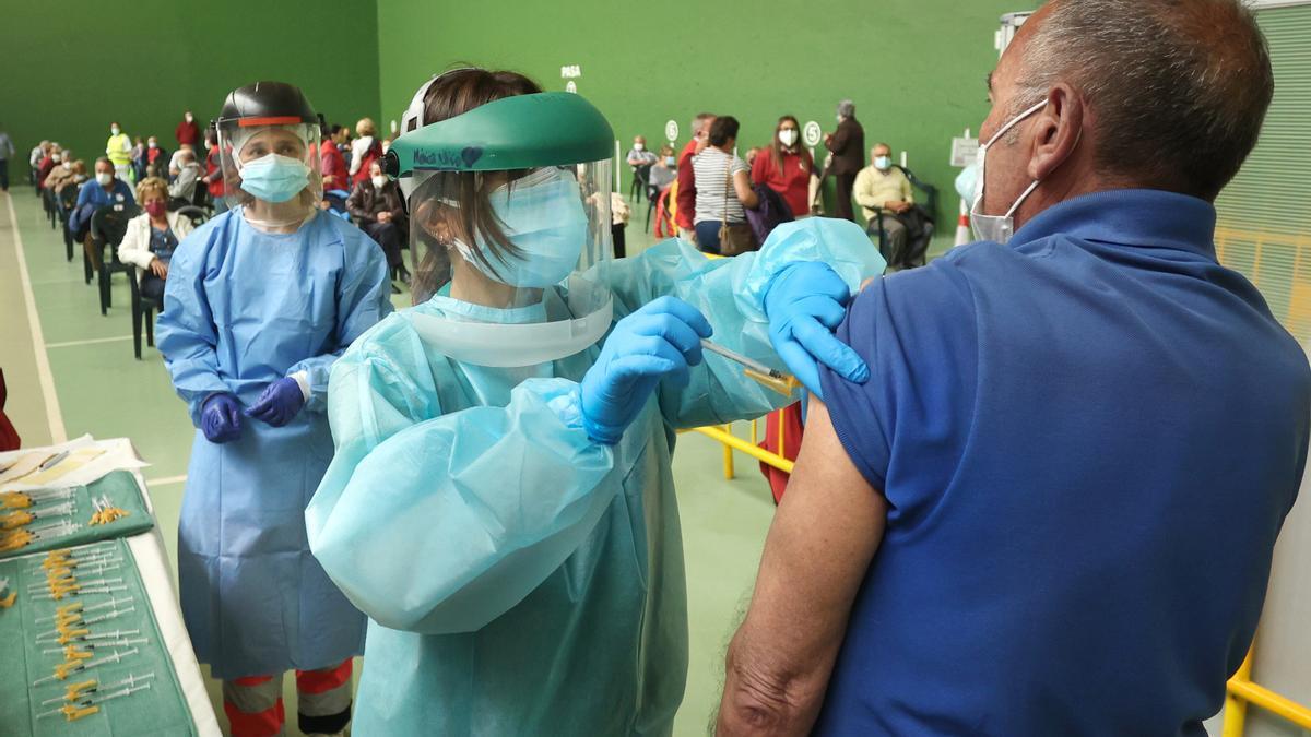 Una persona recibe una vacuna contra el COVID.